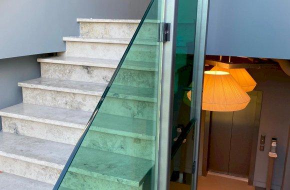 Glazen balustrade trappenhuis