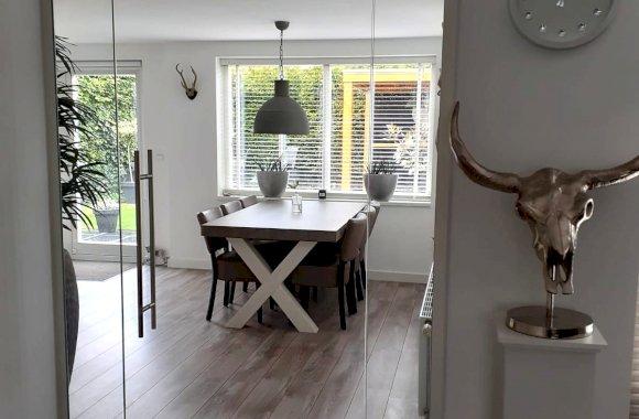 Glazen deur met zijlicht in woonhuis