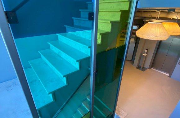 Glazen afscheiding trap met gekleurde folie