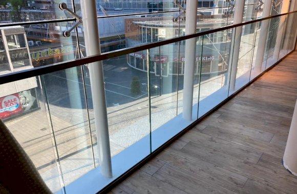 Glazen balustrade kantoorpand
