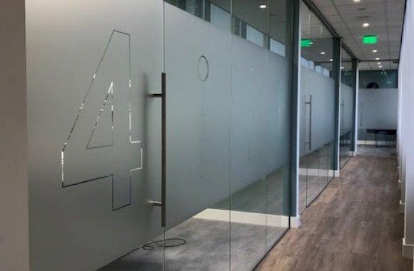 Glazen wand met deuren, tandartspraktijk